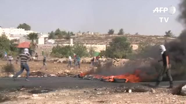 vídeos de stock e filmes b-roll de los enfrentamientos entre palestinos y fuerzas de seguridad israelies continuaron este martes en cisjordania en la vispera de la llegada del... - para choques