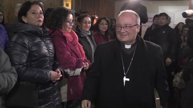 vídeos de stock e filmes b-roll de los enviados del papa francisco a chile charles scicluna y jordi bertomeu seguian el viernes sus encuentros con fieles y el clero de la ciudad de... - clero