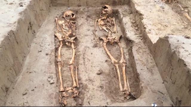 los esqueletos de unos 200 soldados del gran ejercito de napoleon fueron descubiertos en franfort durante la construccion de un complejo de viviendas - arqueologia stock videos & royalty-free footage
