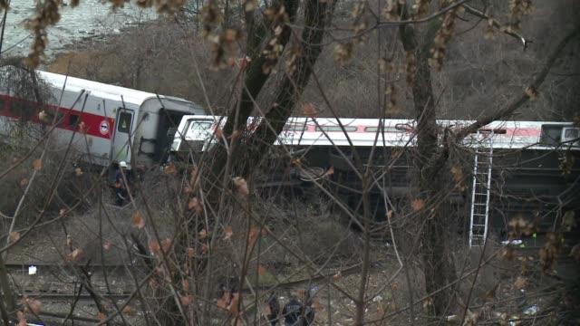 los expertos investigaban este lunes las causas del descarrilamiento de un tren suburbano en nueva york en el que murieron cuatro personas y 67... - personas stock videos & royalty-free footage