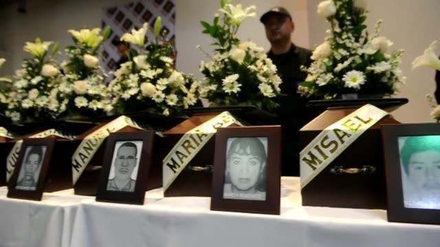 los familiares de 36 victimas de la guerra civil colombiana recibieron el viernes los restos de sus seres queridos encontrados en fosas comunes... - guerra civil stock videos and b-roll footage