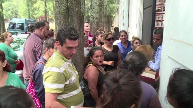 los familiares de las 42 personas presuntos miembros del cartel jalisco nueva generacion que murieron el viernes en un enfrentamiento con las fuerzas... - michoacán video stock e b–roll
