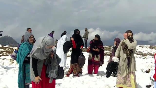 vídeos de stock e filmes b-roll de los fanaticos de los deportes de invierno llevaron diversion a las montanas nevadas en el valle de swat en pakistan a pesar de la tensión que vive el... - festival da neve