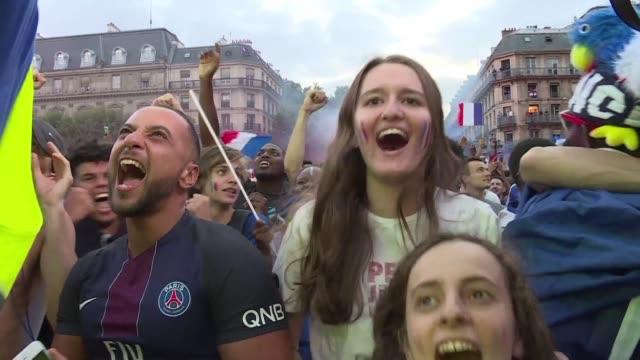 stockvideo's en b-roll-footage met los franceses salieron a las calles el martes para celebrar la clasificacion de su seleccion a la final del mundial de rusia 2018 tras vencer a... - wereldkampioenschap sport