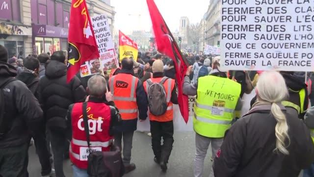 los franceses vivieron el sabado un nuevo fin de semana complicado en los transportes en plenos desplazamientos de fin de ano en el 24º dia de huelga... - sindicatos stock videos & royalty-free footage