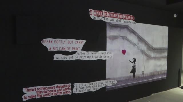 FRA: Los murales de Banksy reconstituidos en una exposicion en Paris