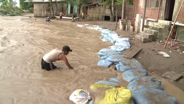 los fuertes temporales que azotan bolivia han dejado casi 40 muertos y miles de familias evacuadas por las inundaciones voiced muertos y evacuados... - bol stock videos & royalty-free footage