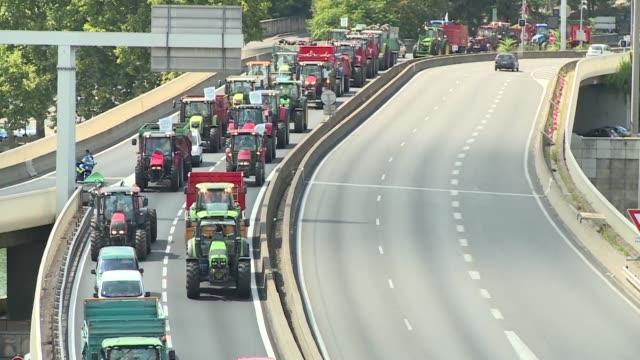 vídeos y material grabado en eventos de stock de los ganaderos de francia volvieron a bloquear este jueves muchas carreteras del pais para protestar por la caida de los precios y mostrar su... - jueves