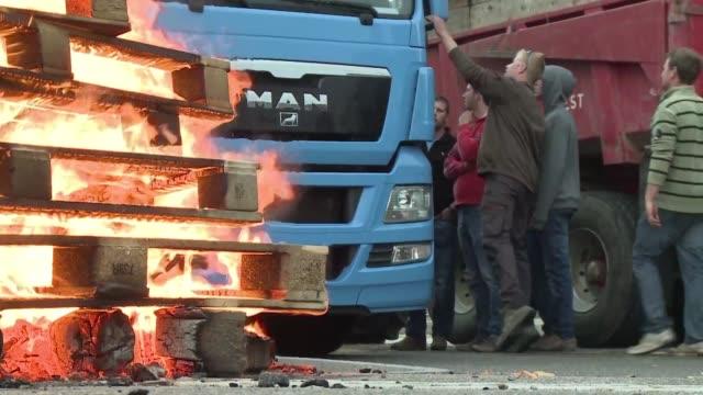stockvideo's en b-roll-footage met los ganaderos franceses que protestan por los bajos precios de la carne y la leche bloquearon desde el domingo varios camiones procedentes de... - agricultura