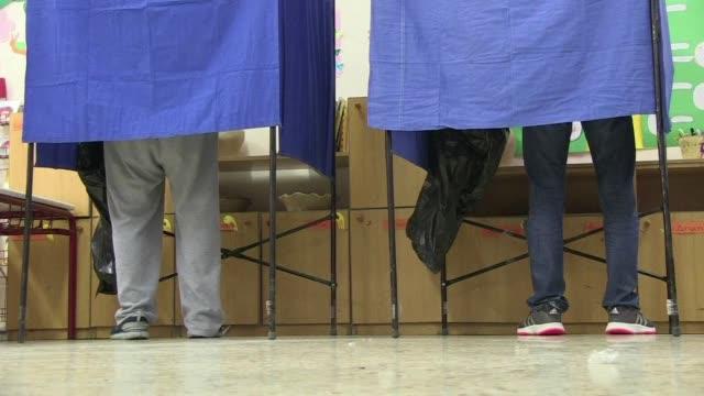 vídeos y material grabado en eventos de stock de los griegos acuden este domingo a las urnas en unas elecciones legislativas que podrian dar la victoria al partido de izquierda radical syriza... - llevar
