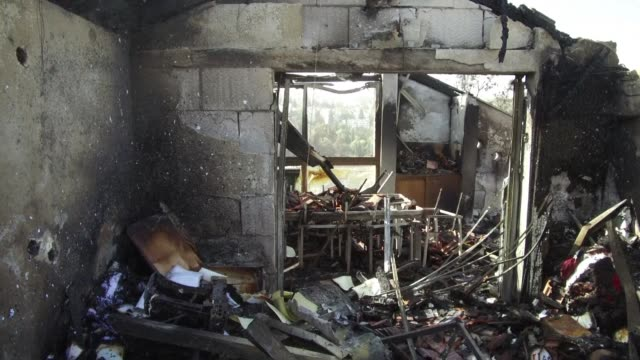 los habitantes de haifa y beit meir al norte y centro de israel intentan rescatar algunas pertenencias de sus casas tras los fuertes incendios que se... - haifa stock videos and b-roll footage