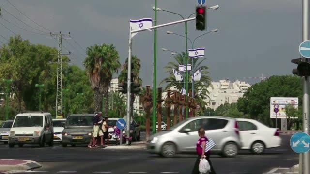 los habitantes de la ciudad costera israeli de ashkelon a 13 kilometros de la franja de gaza viven bajo la amenaza de los cohetes de hamas - ashkelon stock videos and b-roll footage