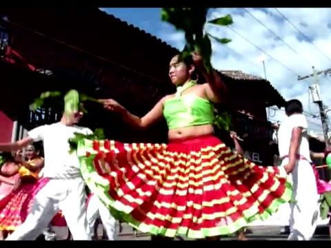 stockvideo's en b-roll-footage met los habitantes de la ciudad de granada a 50 kilometros de managua disfrutan esta semana de los festejos del carnaval y el festival de poesia que se... - managua