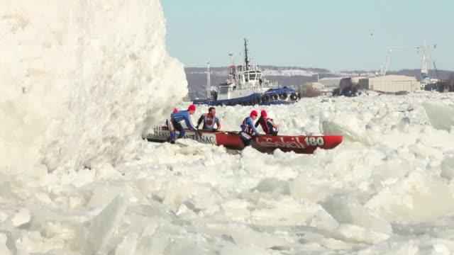 los habitantes de la ciudad de quebec se las ingenian para tener un carnaval a pesar de las gelidas temperaturas la nieve y el hielo. voiced : el... - hielo video stock e b–roll