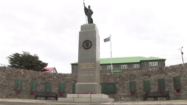 stockvideo's en b-roll-footage met los habitantes de las islas malvinas votaron el lunes en forma abrumadora a favor de seguir bajo dominio britanico en un referendum disenado para... - roca