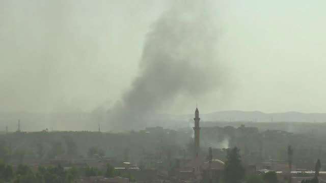 vídeos de stock, filmes e b-roll de los habitantes de mosul despertaron el jueves sin la imagen del iconico minarete inclinado luego de que el grupo yihadista estado islamico destruyo... - irak