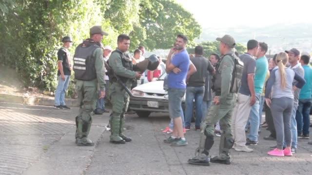 los habitantes del estado venezolano de tachira fronterizo con colombia viven un calvario para conseguir gasolina y realizan filas de hasta tres dias - gasolina stock videos & royalty-free footage