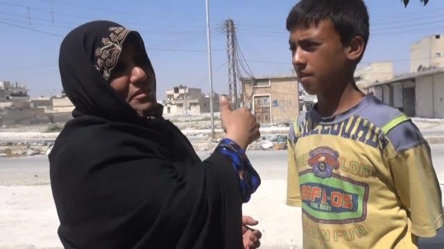los habitantes sirios de la ciudad de manbij liberada hace 12 dias de la ocupacion por el grupo yihadista estado islamico regresan de a poco a sus... - minas stock videos and b-roll footage