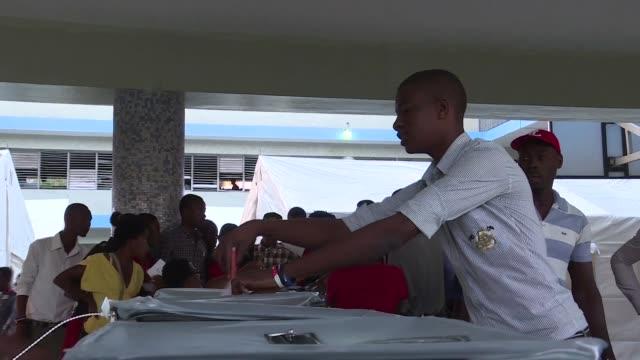 los haitianos votaban en calma este domingo para elegir presidente y a sus representantes politicos en medio de condiciones logisticas delicadas y... - politica stock videos & royalty-free footage