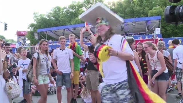 Los hinchas alemanes celebran en Berlin el pase de su seleccion a semifinales del Mundial tras ganar a Francia su rival historico