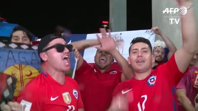 los hinchas chilenos festejaron el viernes el triunfo 2-1 de su seleccion sobre ecuador que los clasifico para la cuartos de final de la copa america... - quarterfinal round stock videos & royalty-free footage
