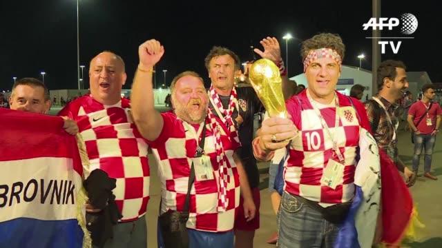 los hinchas croatas celebraron el domingo el pase de su seleccion a cuartos de final que derroto a dinamarca 32 y que se enfrentara al anfitrion... - elimination round stock videos and b-roll footage