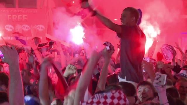 los hinchas croatas se volcaron a las calles de la capital de croacia para celebrar el pase a la final de su seleccion que derroto el miercoles 2-1 a... - semifinal round stock videos & royalty-free footage