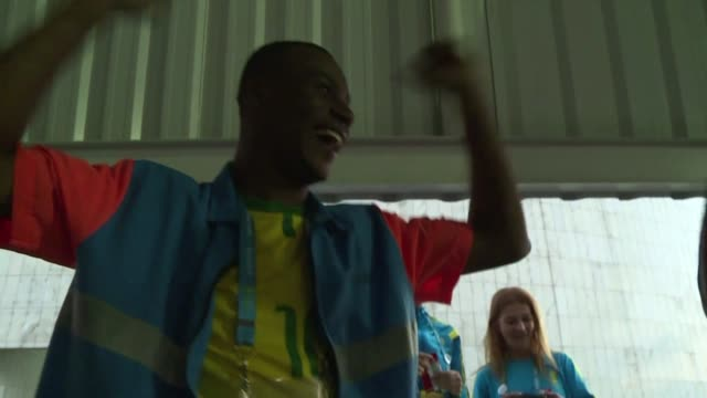 los hinchas de la selecao celebran la victoria de brasil en el partido inaugural del mundial 2014 - 2014 video stock e b–roll