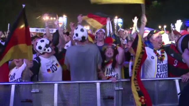 Los hinchas de la seleccion alemana celebraron por todo lo alto la epica victoria de su equipo que les da el pase a la final del Mundial 2014