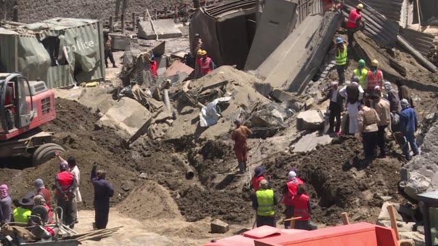 los hospitales de la capital afgana trataban el jueves a cientos de heridos por la explosion de un camion cisterna con explosivos el día anterior - día stock videos & royalty-free footage