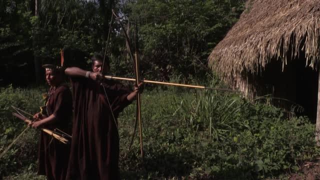 los indígenas amazónicos ashaninka, víctimas de masacres perpetradas por sendero luminoso en perú en los años '80, esperan que la guerrilla muera... - maoism stock videos & royalty-free footage