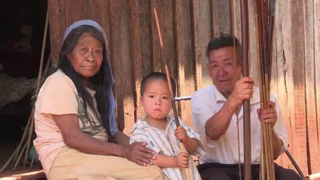 stockvideo's en b-roll-footage met los indigenas aches de paraguay fueron despojados de sus tierras en la decada de los 70 abandonaron sus medios de vida y adoptaron la agricultura - agricultura