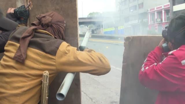 los indigenas que protestan en ecuador rechazaron el viernes una oferta del presidente lenin moreno de abrir un dialogo directo tras al rebrote este... - gasolina stock videos & royalty-free footage