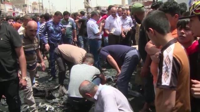 los iraquies vivian la jornada mas sangrienta registrada en su pais en lo que va de este ano despus de que tres atentados con bomba en la capital... - irak stock videos and b-roll footage