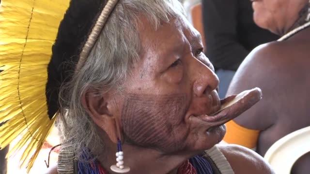los jovenes indigenas de brasil perdieron el interes por sus culturas ancestrales advirtio en brasilia el cacique raoni metuktire líder de la etnia... - etnia stock videos and b-roll footage