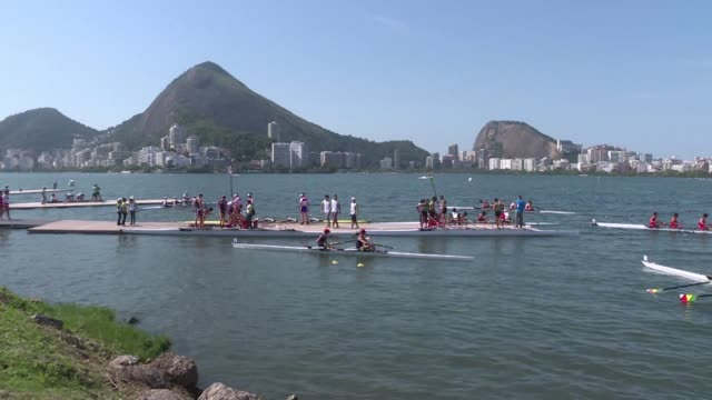 los jovenes que participan del evento test de remo para los juegos olimpicos 2016 no se quejan de la contaminacion de la laguna de rio de janeiro que... - remo stock videos and b-roll footage