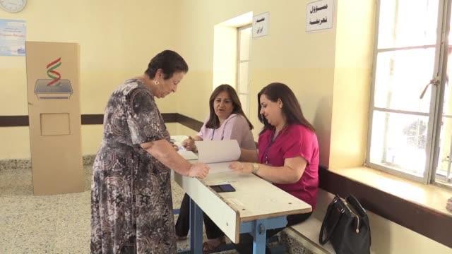 vídeos de stock, filmes e b-roll de los kurdos de irak votaban el lunes en un referendum de independencia que debe abrir la via hacia un estado que reivindican desde hace casi un siglo... - irak