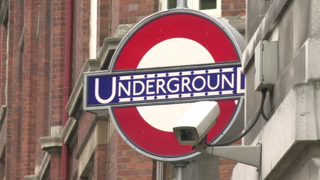 los londinenses se preparan para los juegos olimpicos que se disputaran en julio de 2012. voiced: transporte listo para londres-2012 on april 05,... - transporte stock videos & royalty-free footage