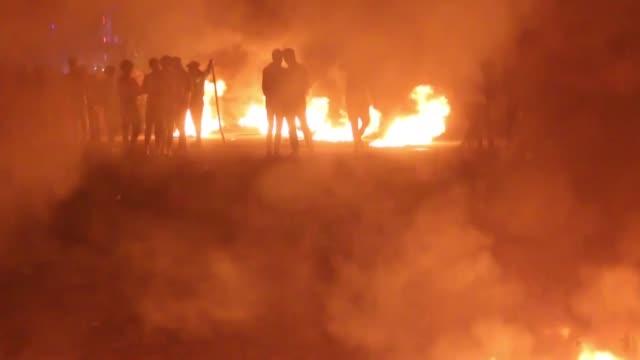los manifestantes endurecieron el martes la movilizacion en irak ante unas autoridades paralizadas entre la presion de los partidos proiran y la... - basra stock videos & royalty-free footage