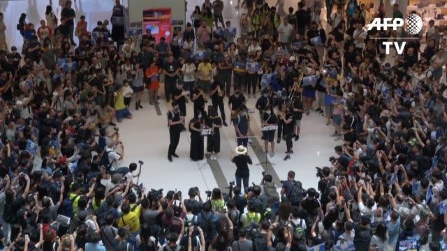 los manifestantes prodemocracia de hong kong se concentraron este domingo en un centro comercial donde algunos radicales danaron una estacion de... - concentration stock videos & royalty-free footage