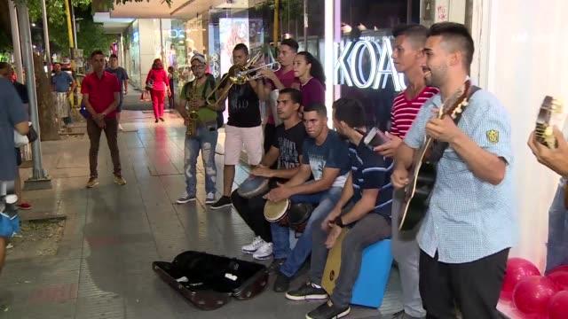 los musicos de la diaspora ganan lo necesario para mantenerse en cúcuta y enviar dinero a sus familias en venezuela - música stock videos & royalty-free footage