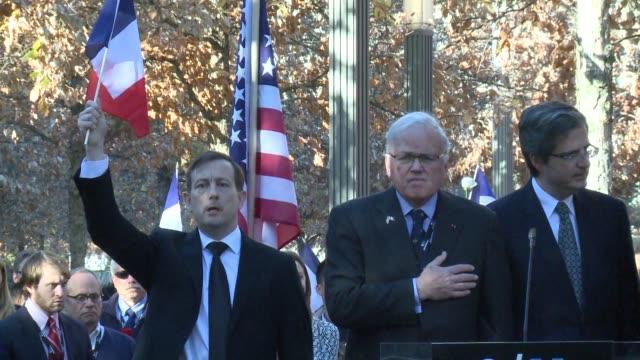 vídeos y material grabado en eventos de stock de los neoyorquinos rindieron tributo a las victimas de los ataques en paris durante un acto en el memorial de los atentados del 11 de septiembre de 2001 - ee.uu