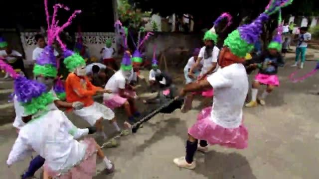 los nicaraguenses capturan y arrastran a personas vestidas como judas iscariote por las calles como castigo por traicionar a jesus - judas iscariot stock videos & royalty-free footage