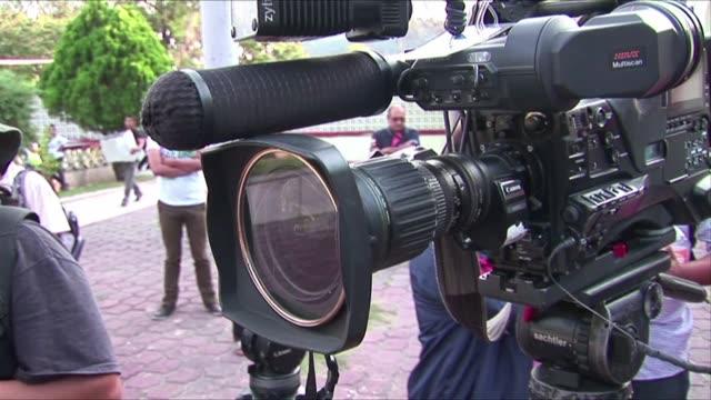stockvideo's en b-roll-footage met los padres de los 43 estudiantes desaparecidos en mexico rechazaron los testimonios de detenidos hechos publicos este viernes segun los cuales los... - padre