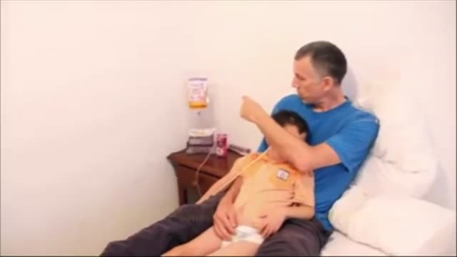 vídeos de stock, filmes e b-roll de los padres del nino britanico ashya king que sufre un tumor cerebral y fue sacado sin permiso del hospital donde estaba seguiran detenidos en espana... - tumor cerebral