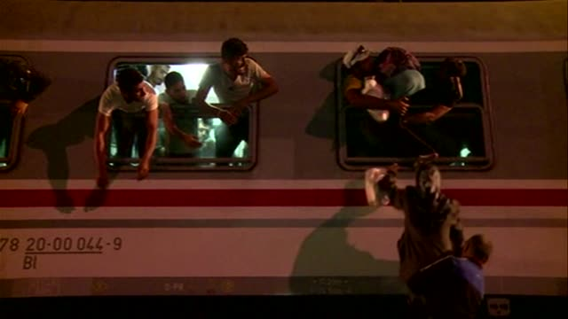 los paises de los balcanes y de europa central se atrincheraron este viernes para impedir la entrada de migrantes con nuevas vayas y suspensiones en... - entrada stock videos and b-roll footage