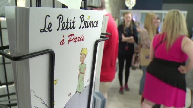 Los personajes de El Principito en tazas manteles juguetes y peluches se venden en una tienda en Paris inaugurada por el 70 aniversario del libro