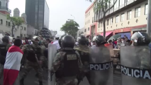 los peruanos volvieron a salir a las calles el miércoles para protestar contra la destitución en el congreso del presidente martín vizcarra y la... - peruvian ethnicity stock videos & royalty-free footage