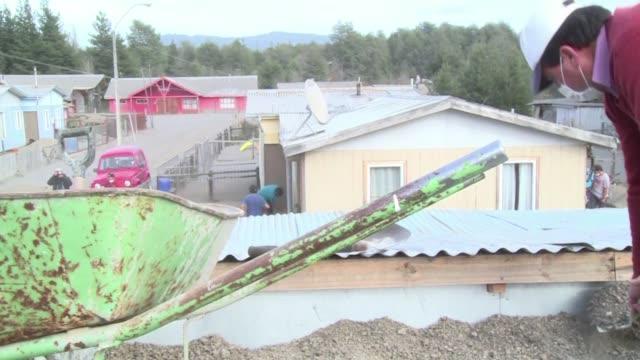 Los pobladores de las zonas del sur de Chile afectadas por la erupcion y las cenizas del volcan Calbuco avanzaban este domingo en las tareas de...
