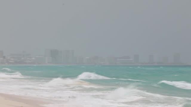 los polvos del desierto del sahara se observaban el jueves como una espesa nube gris en el horizonte sobre el mar turquesa de cancún que aunque... - gris stock videos & royalty-free footage